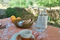 Desayuno en porche casa Palomar